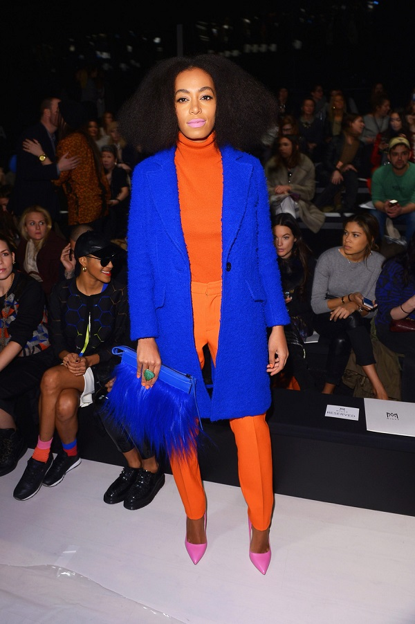 Solange-Knowles-Style-Colorblocking-Orange-Turtleneck-Slim-Trousers-Blue-Overcoat-Pink-Pumps-Fashion-OnGiselleAve